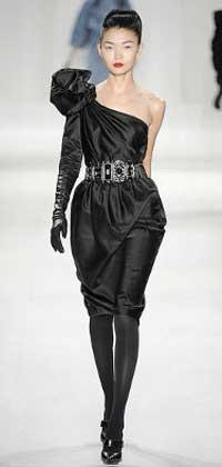 Черное подиумное платье